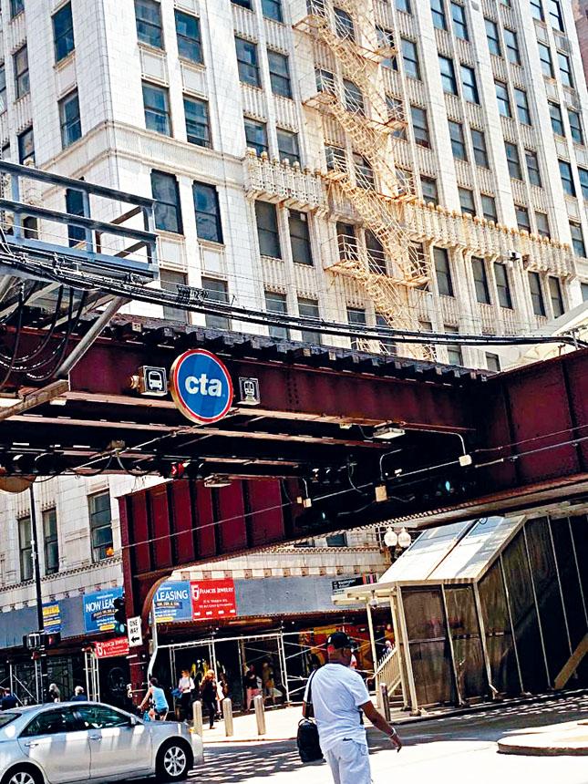 芝加哥捷運已走過125年的滄桑歲月,在市中心湖街的高空軌道也有70年的歷史了。芝市府希望得到聯邦的經費,將CTA重新維修改善的更加的安全、跟的上時代潮流。 梁敏育攝