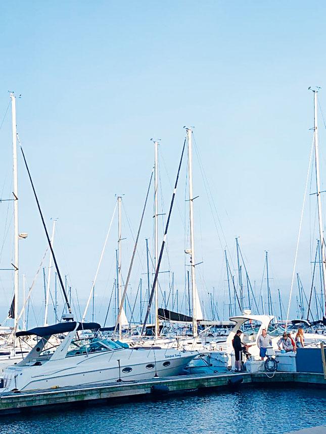 從芝加哥密芝根湖出發的麥基諾帆船比賽,參與的船只與水手們都早已準備妥當停泊在靠湖岸,等候主辦方發號司令好出發。梁敏育攝