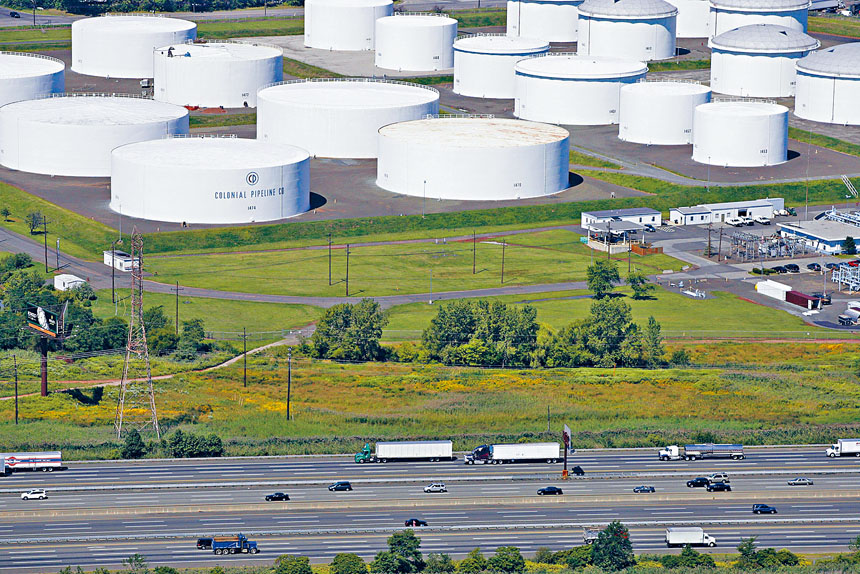 拜登政府透露,早在十年前,為中國政府工作的黑客入侵了十幾家美國石油運輸管道運營商。圖為新澤西州林登市的儲油罐設施。    美聯社