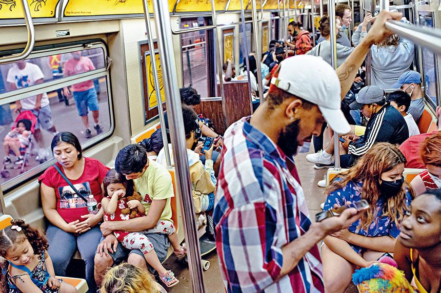 在地鐵車廂內戴口罩的人數明顯減少。Amr Alfiky/紐約時報
