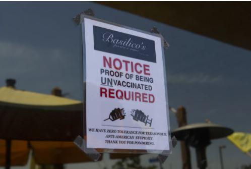餐廳外標誌顧客必須未接種疫苗才能進入。洛杉磯時報