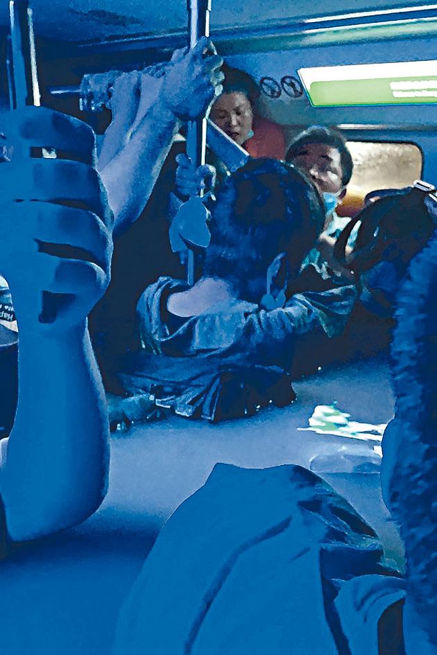 地鐵車廂內,洪水浸到受困乘客肩部。