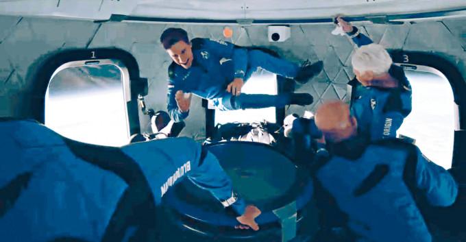 藍色起源發圖片,公開貝索斯一行四人體驗無重狀態的情景。