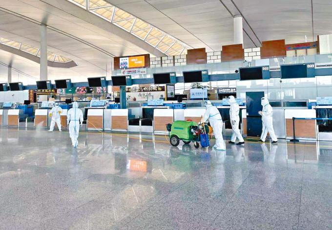 南京祿口國際機場新冠陽性升至十七例,工作人員在機場T2航站樓內進行消毒。