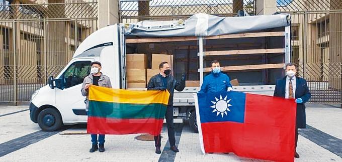 台灣去年向立陶宛捐口罩,現場出現雙方「國旗」。