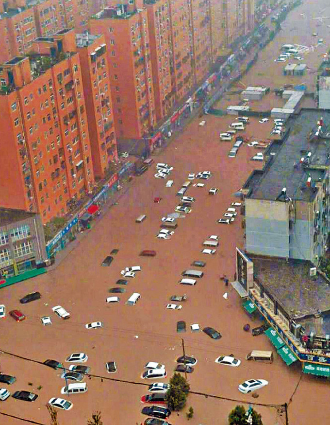 鄭州市的街道變成河流。