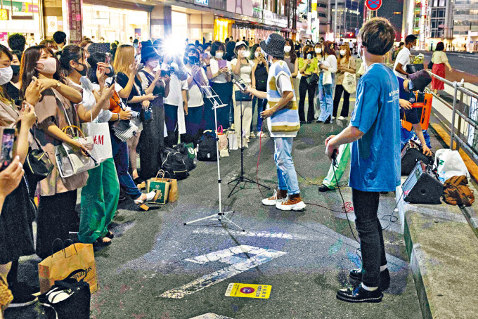 東京疫情不散,但新宿街頭上周六仍聚滿人潮。