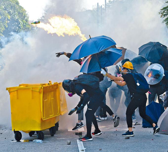 前年十一月中文大學二號橋爆發衝突事件,有人投擲汽油彈。