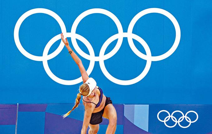德國一名沙灘排球奧運女選手昨參加集訓前熱身。