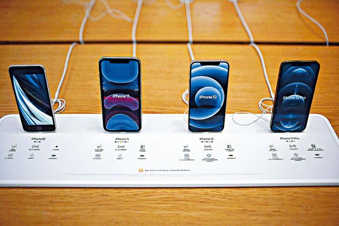 上海一間蘋果專門店去年十月展銷iPhone手機。