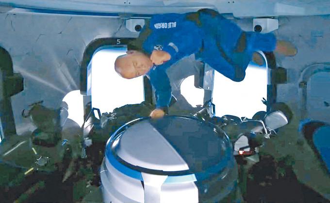 貝索斯在太空體驗無重力狀態。