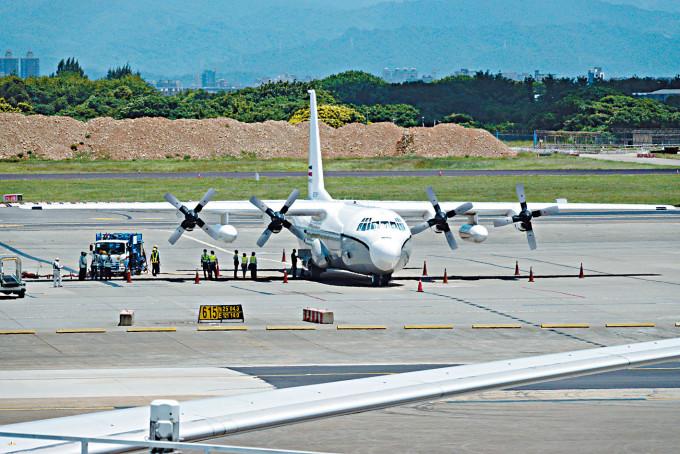 美國C-130運輸機昨天降落桃園機場。