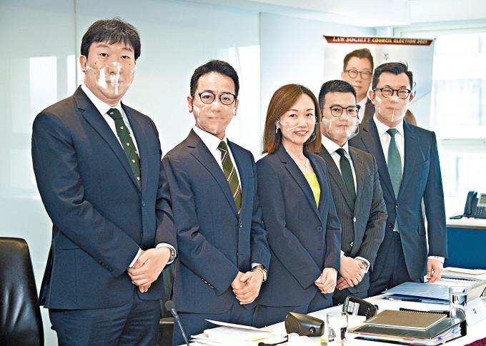 「專業派」五人組宣布參選,包括現任理事黃巧欣(中),以及律師陳國豪(左一)、傅嘉綿(左二)、袁凱英(右二)和岑君毅(右一)。