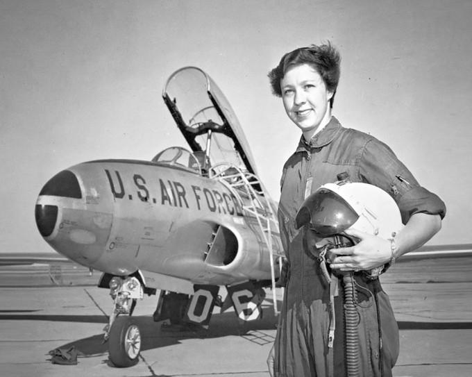 芬克年輕時曾任飛行教官。