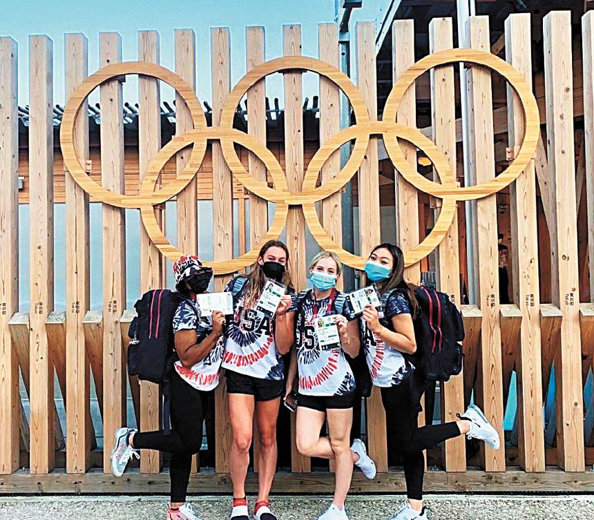 運動員在五環標誌前留影。 網上圖片